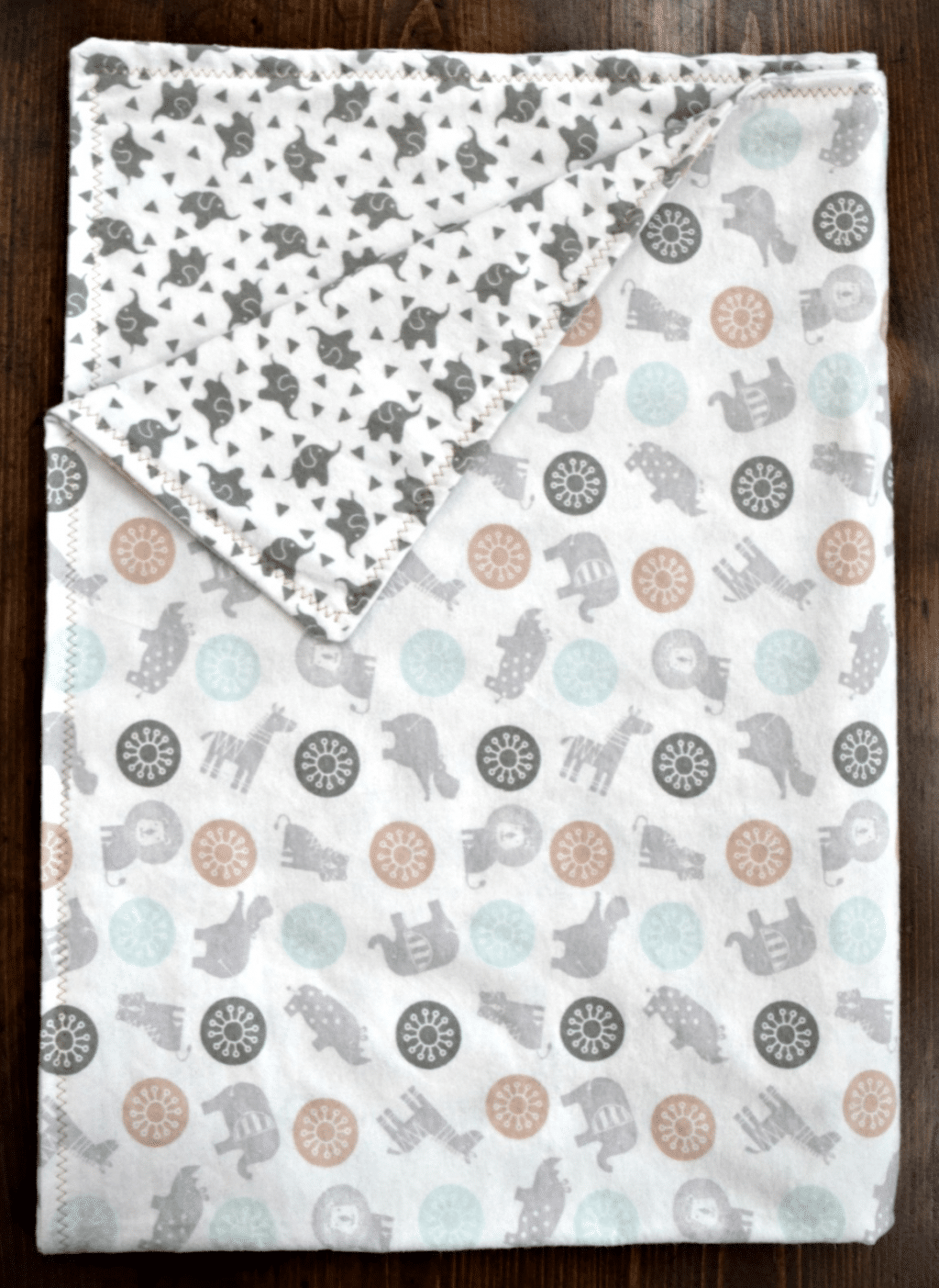 Here's how to make quick and easy baby blankets! These homemade baby blankets are a great DIY gift for babies