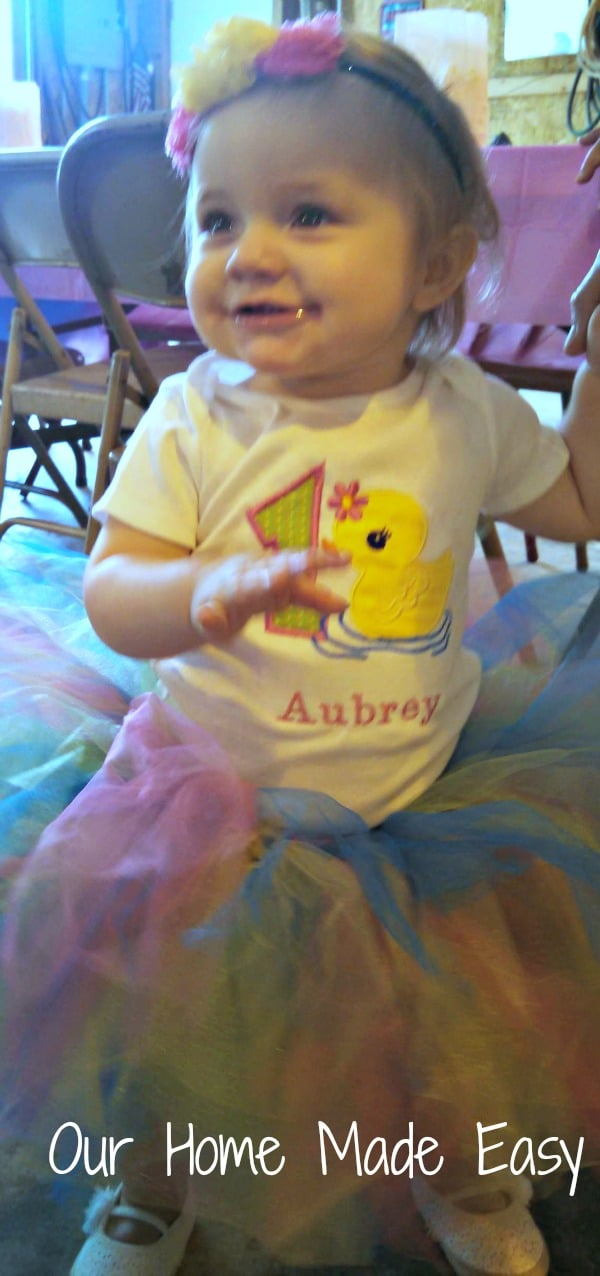 Lots of ideas to plan an adorable rubber duck theme first birthday party! Click to see them!
