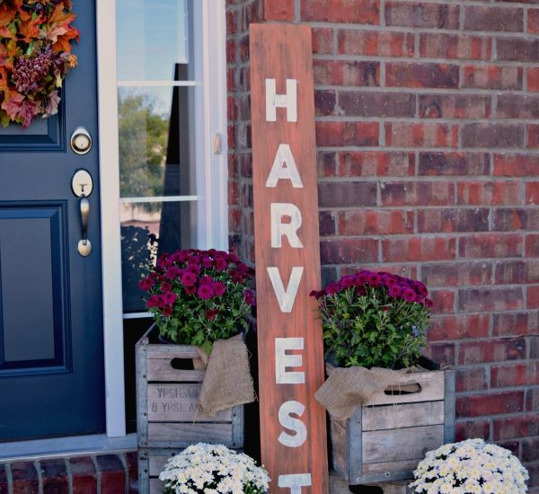 An easy step by step guide to making your own wood sign! Perfect for fall or Christmas decor! Check it out here!