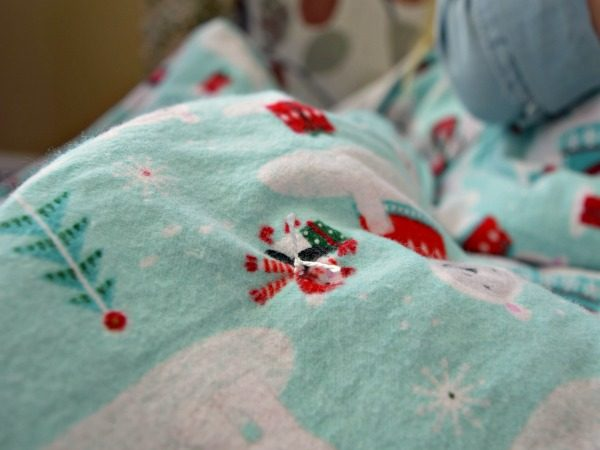 Here is an easy step by step how to for making a soft and warm flannel blanket! They are budget friendly and match perfectly with your decor! Pictures incl.