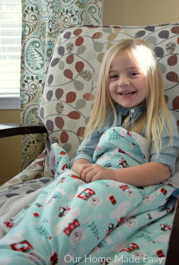 Make this easy warm flannel blanket for kids! It's so soft and you can personalize it easily! Click to see the steps!