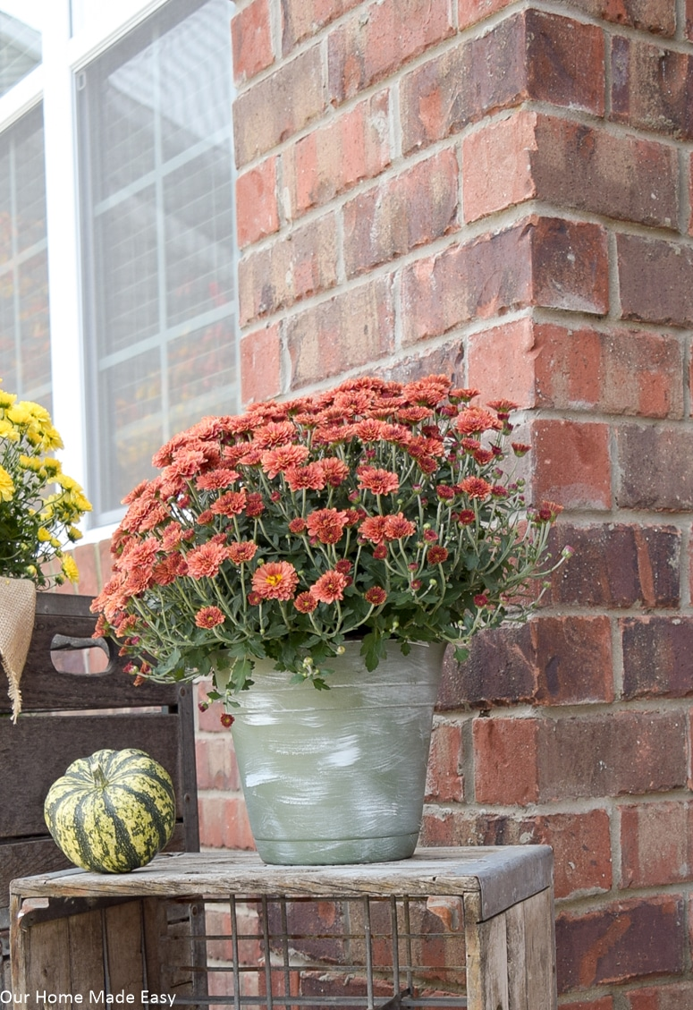 These farmhouse planters look perfect with some colorful flowers adding to your farmhouse front porch decor