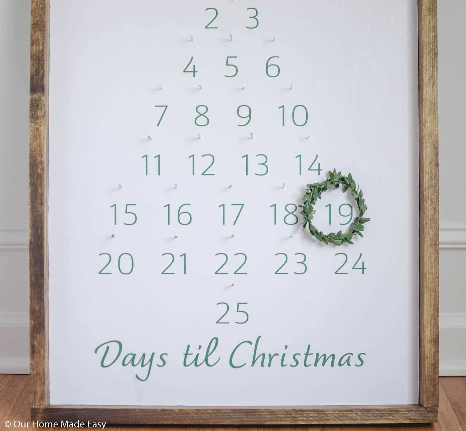 a simple wreath is used as the ornament to circle the day throughout the calendar