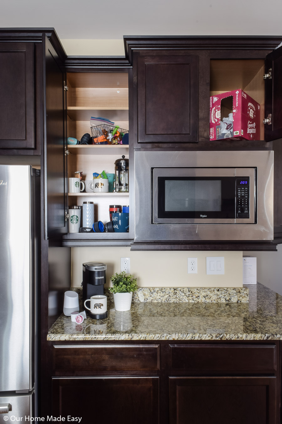 these easy kitchen cabinet and counter top organizing tips will help declutter your kitchen